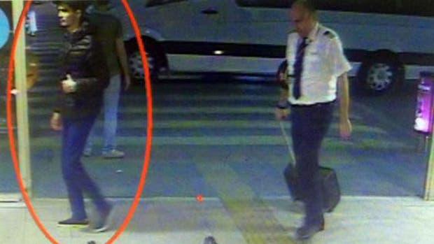 Las cámaras de seguridad del Aeropuerto Internacional de Estambul muestran a los terroristas antes del ataque