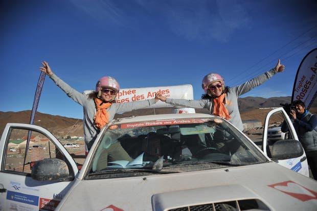 Las francesas Margaux Thuillat y Eloise Thirouin celebran al cruzar la meta