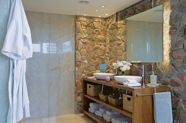 La piedra es una forma de sumar algo de naturaleza en un espacio de relax como es el baño.  Foto:Living /Archivo LIVING