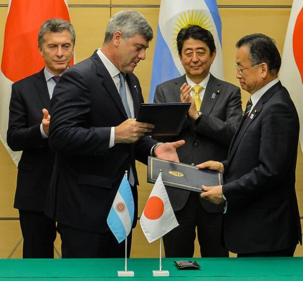 Buryaile con su par de Japón tras la firma de acuerdos