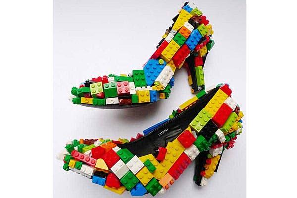 ¿Qué tal estos zapatos forrados con Lego? ¿Te los pondrías?. Foto: Bemlegaus.com