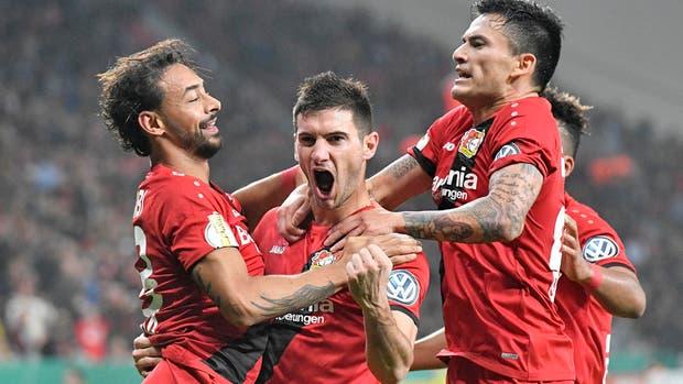 Aránguiz anotó golazo de tiro libre en victoria del Bayer Leverkusen