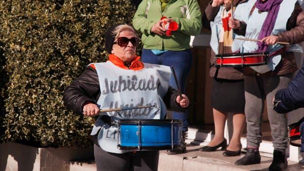 Representantes de los gremios de la salud, jubilados, judiciales y de educación entregaron en la legislatura 11 carpetas con 5120 firmas pidiendo el juicio política a la Gobernadora Alicia Kirchner
