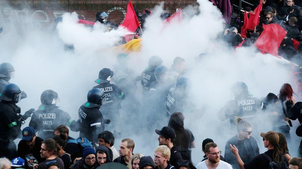 La policía desaloja una protesta contra el G-20 en Hamburgo. Foto: Sebastian Willnow