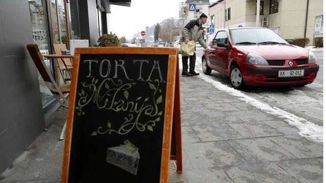 Vista de un tablón de una pastelería local que anuncia las tartas ''Melania'' en el centro de Sevnica, Eslovenia