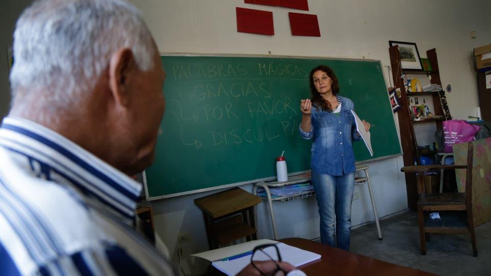 """En un gran pizarrón al frente de la clase están escritas las """"Palabras mágicas: por favor, disculpas y gracias"""". Foto: LA NACION / Diego Lima"""