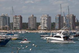 En Punta del Este, algunos argentinos se autoalquilan sus casas para acceder a dólares baratos