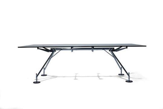 El escritorio Nomos es un diseño de Norman Foster, fabricado en Italia. Foto: Internet
