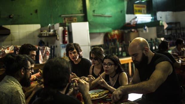 Mel Decoud (segunda desde la derecha) habla con sus amigos en yopará, la versión hispanizada del guaraní