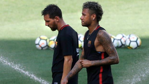 El brasileño Neymar firma por cinco temporadas con el PSG francés