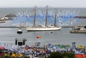 El color de los militantes y de los fuegos artificiales marcó el ingreso del buque al puerto de Mar del Plata