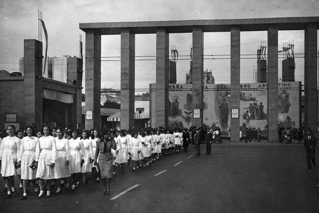 Ingreso de estudiantes a la feria con el marco de los edificios adyacentes a la 9 de julio.