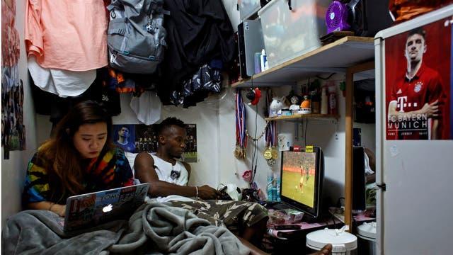 Habib Mamadou Bah, de 21 años, de Guinea, miembro de All Black FC, y su novia Karin, que es de Hong Kong, se encuentran en su casa, una unidad subdividida de cinco metros cuadrados, en Hong Kong, China