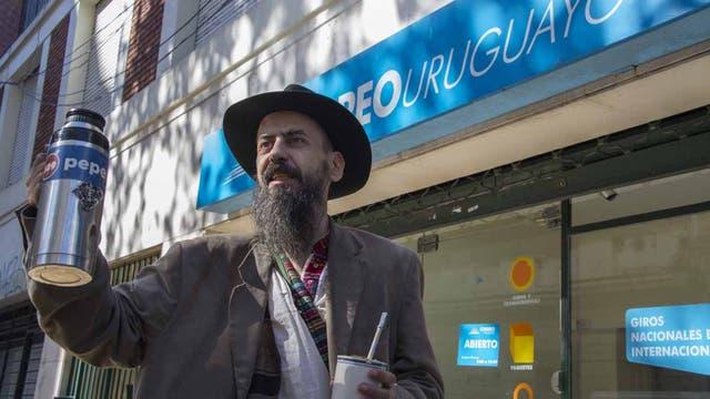 Bruno después de registrarse como consumidor de cannabis en Correo Uruguayo, en Montevideo