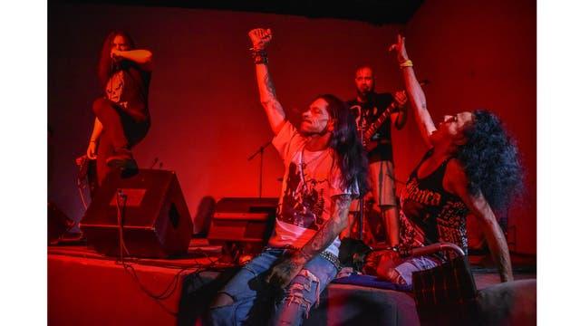Gerson Govea y su esposa Yohandra Cardoso, durante un concierto de hard rock en Pinar del Río al oeste de Cuba