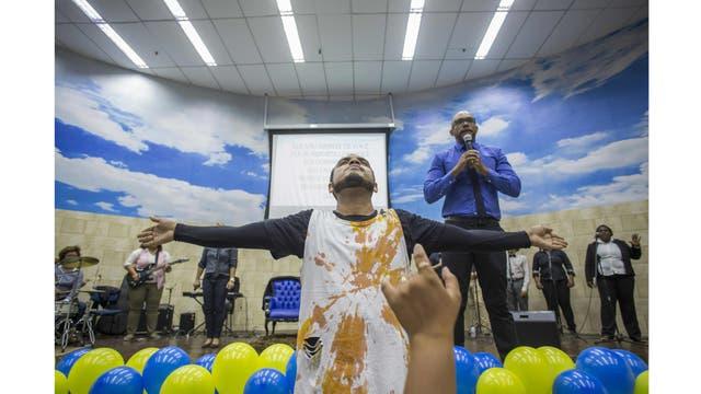 Bailarines junto al pastor Fabio de Souza durante el servicio dominical en la Iglesia Cristiana Contemporanea