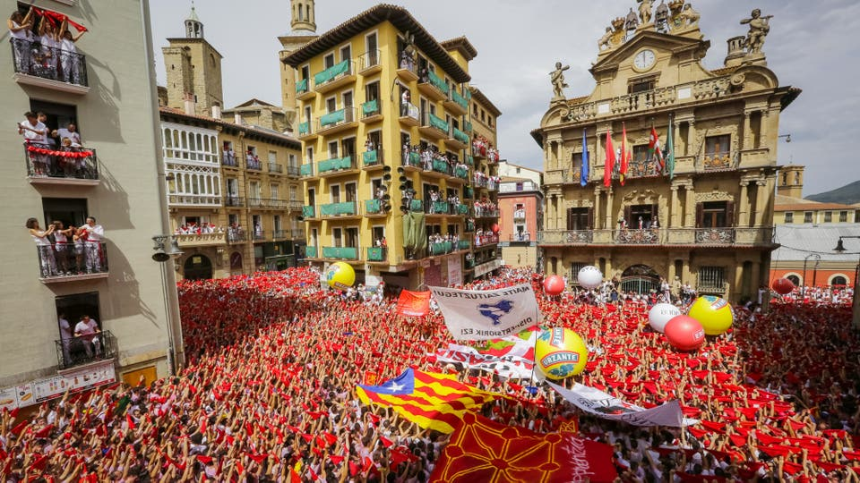 Miles de personas festejan con sus pañuelos rojos alzados el inicio de las fiestas de San Fermín. Foto: EFE / Villar López