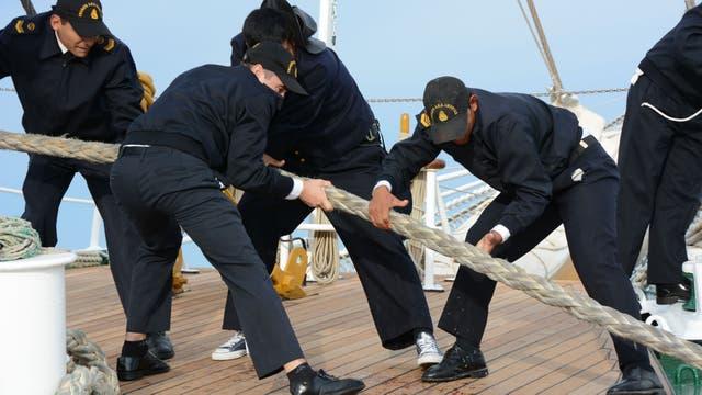 Los trabajos de amarre y desamarre se realizan en conjunto entre varios oficiales