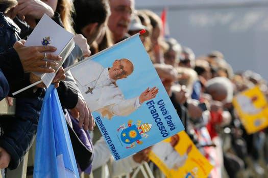 Francisco presidió su primera misa de Pascua; tras la ceremonia, saludó a los fieles en la Plaza San Pedro. Foto: Reuters