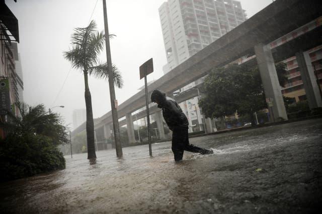 Un residente local atravesaba una calle inundada en el centro de Miami mientras el huracán Irma se acercaba