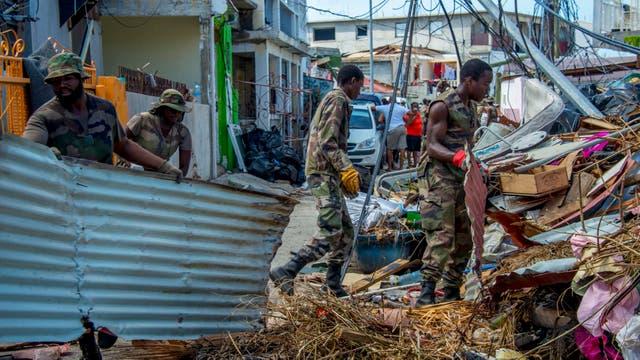 Militares y rescatistas limpian las calles de Saint Martin; la isla no terminó de recuperarse del paso de Irma; en menos de un mes, fue azotada por la fuerza demoledora de María