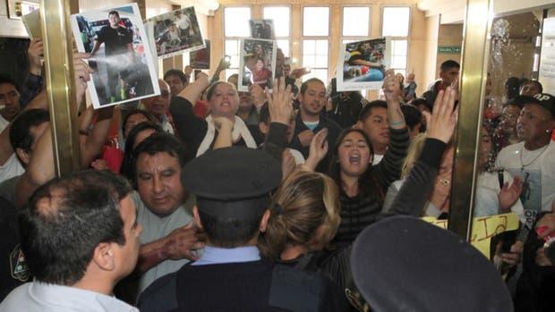 Los familiares de las víctimas en el hall central de tribunales de Mendoza
