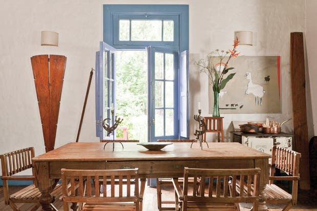 La mesa del comedor fue un hallazgo en una compraventa en Rocha, Uruguay, mientras que las sillas fueron un diseño de José Ignacio Miguens para una antigua casa familiar en Barrancas de La Pedrera..