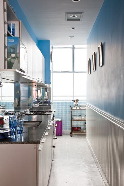 En la cocina y el comedor diario domina la gama de los celestes. La pared de venecitas original fue puesta a punto con sólo renovar la pastina..  Foto:Living /Javier Csecs