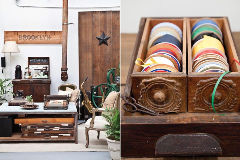 Sillón blanco tapizado con género de De Levie, mesa ratona hehca a partir de una estantería de hierro que cortó Darío, con tapa de tablones de madera.  /Magalí Saberian