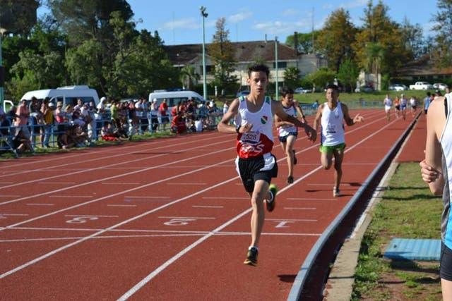 Mateo en acción, en plena competencia en la pista