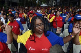 Los seguidores de Hugo Chávez rezan en Caracs por su salud