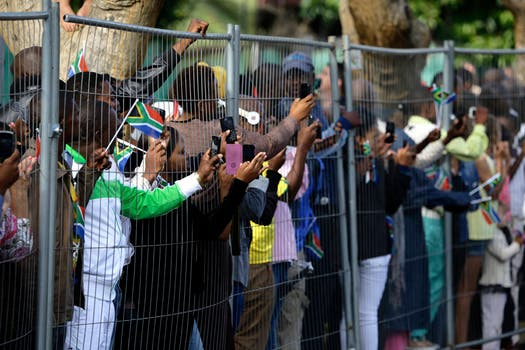 Cientos de personas toman fotografías al pasar la caravana. Foto: Reuters
