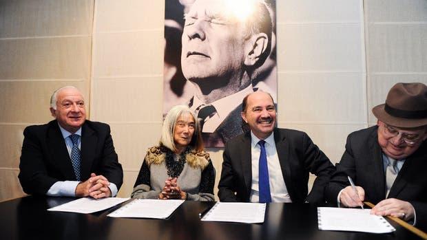 Frigerio, Kodama y Ortiz Batalla y Mario Morando, del Banco Ciudad, que dona los fondos para la restauración