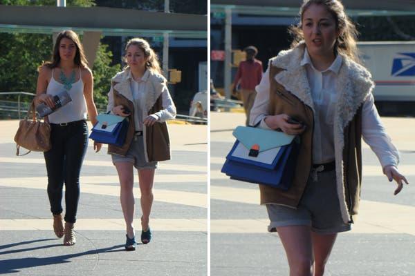 Dos amigas bien fashion. Mirá el detalle de la cartera azul. Foto: Candelaria Palacios