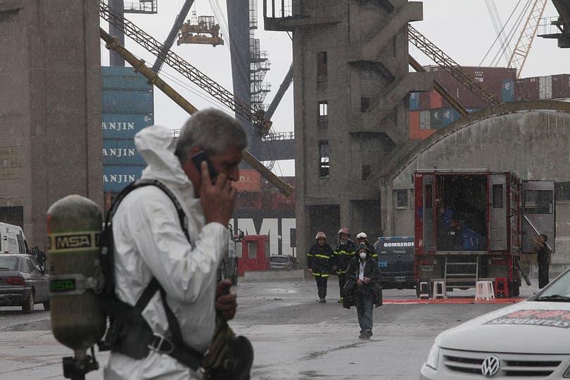 Personal capacitado trabaja en el área afectada. Foto: LA NACION / Ezequiel Muñoz