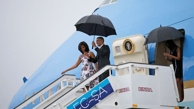 Barack Obama desciende del Air Force One junto a su esposa y sus hijas