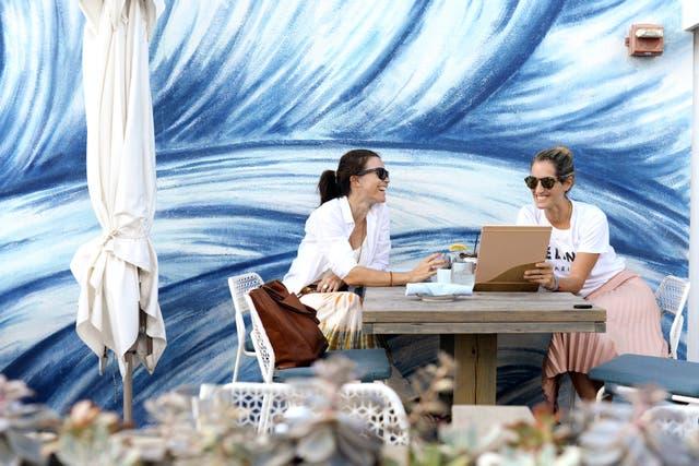 el 1 hotels, no hace falta alojarse para disfrutar de sus murales y la vista al mar