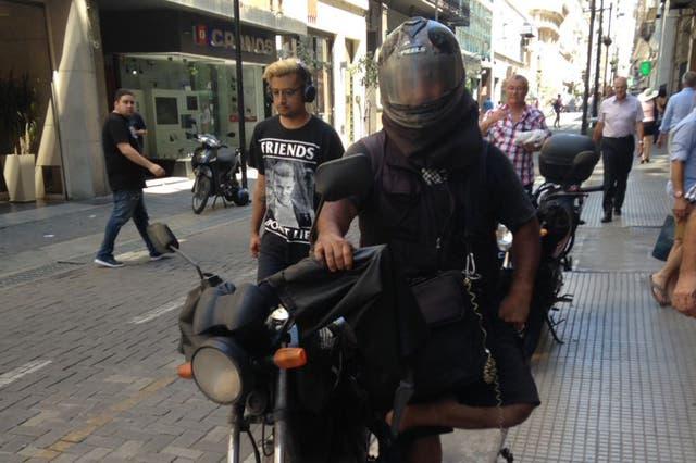A Diego no le queda más que salir a la calle vestido de negro y de manga larga
