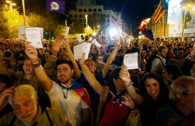 Miles de manifestantes marcharon ayer en Barcelona con las boletas de la consulta