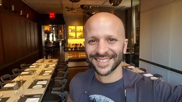 Tomás Kalika antes de iniciar el servicio en Chefs Club de Nueva York