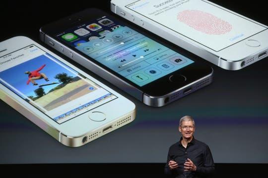 Tim Cook, CEO de Apple, al presentar el nuevo modelo, que mantiene el aspecto y tamaño del anterior. Foto: AFP