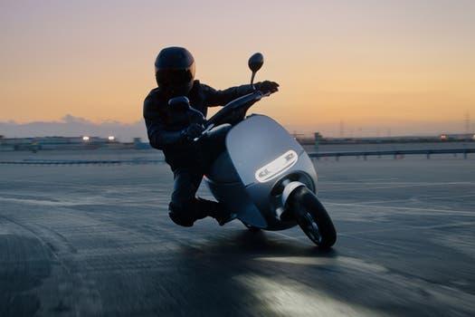 El scooter Gogoro en acción.
