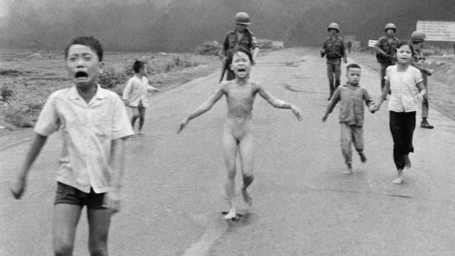 La niña del napalm fue una fotografía fue tomada por Nick Ut en 1972 que retrata a una niña desnuda que escapa de un ataque aéreo en la guerra de Vietnam
