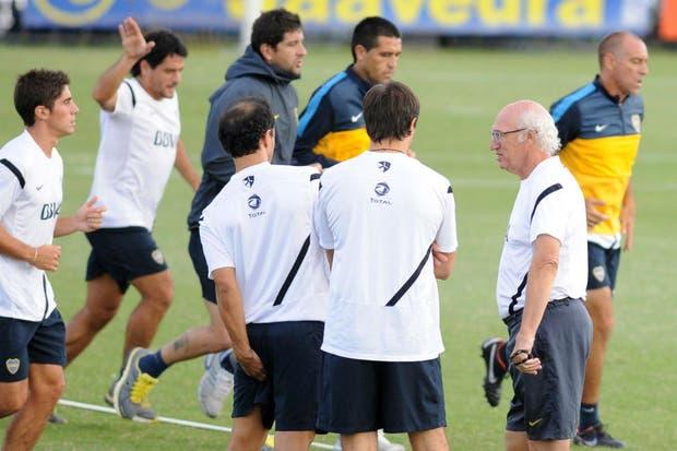 Bianchi charla con José María Castro, uno de sus ayudantes de campo