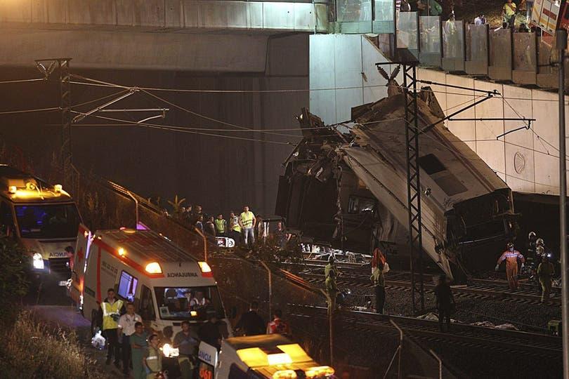 Bomberos, paramédicos, médicos y policías participaron del operativo de rescate. Foto: EFE