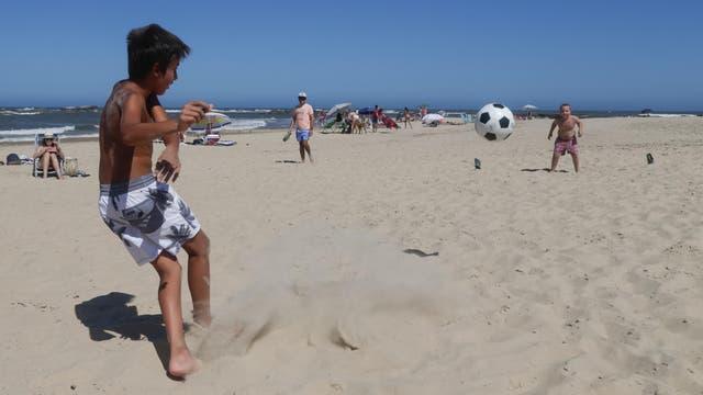 Renato, al arco, intenta evitar el gol