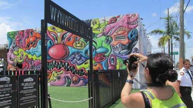 """Uno de los mayores atractivos del barrio son las """"Wynwood Walls"""", un lugar a la intemperie que concentra la mayoría de murales urbanos que los turistas quieren ver"""