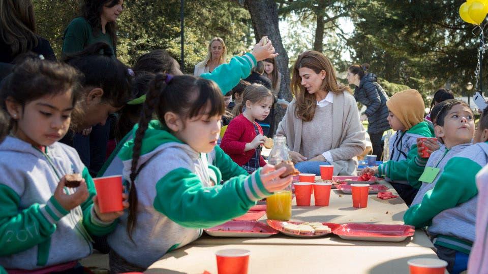 Juliana Awada les abrió las puertas de Olivos a chicos de La Cava para festejar el Día del Niño