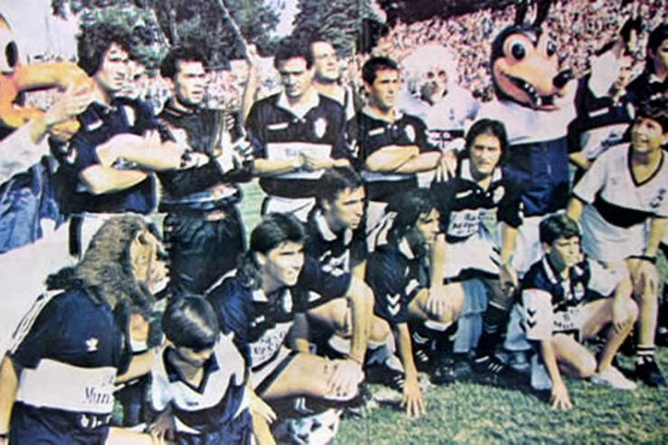 La formación de Gimnasia campeón de la Copa Centenario 1993 con Guillermo y Gustavo Barros Schelotto