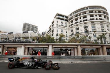 Edificios lujosos con terrazas que dan al circuito.
